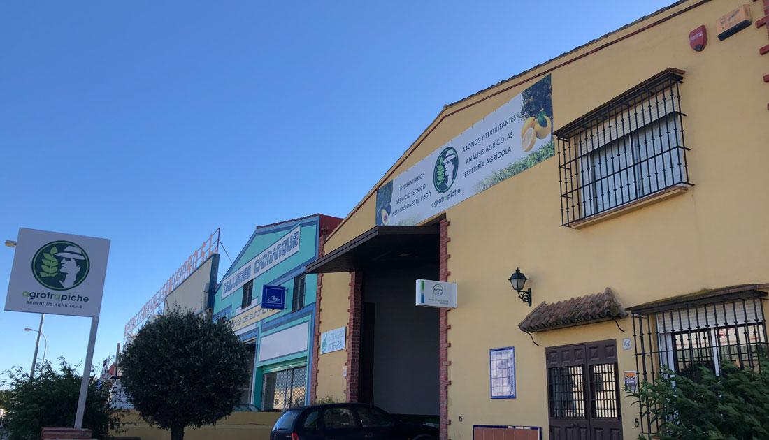 Imagen de uno de los almacenes de Agrotrapiche en alhaurín.
