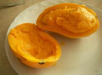 Mango abierto con pulpa afectada